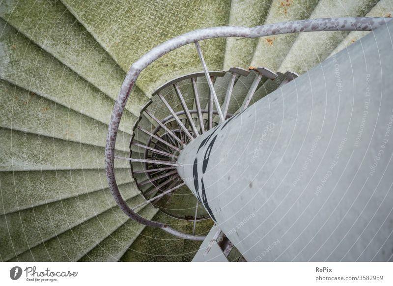 Feuertreppe in einem Parkhaus. Wendeltreppe Treppe Treppenhaus staircase Stufen Silo industrie industriell Architektur Seil rope Spirale helix Hafen Notausgang