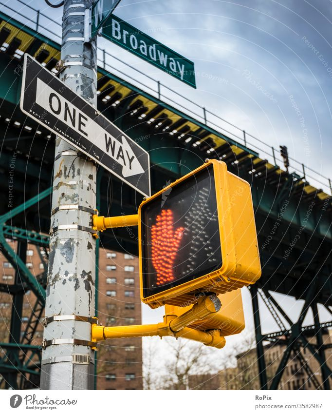 Verkehrsführung in New York. Ampel Fußgänger Fußgängerampel Stadt urban Stadtansichten traffic Drücken push Schalter Druckschalter Verkehrsampel Fußweg Gehweg