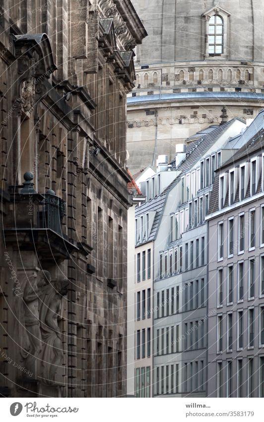 Altstadt Dresden mit einem Zipfel Frauenkirche historisch Fassaden Gasse Architektur Menschenleer Häuser Außenaufnahme Stadtzentrum Sachsen