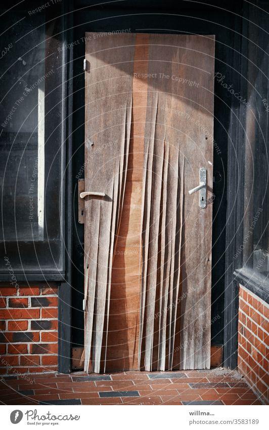 die wahl der möglichkeiten Tür Türklinken kurios 2 Türklinken Provisorium provisorisch Eingang Sperrholztür verwirrend witzig lustig Humor Linkshänder ablösen