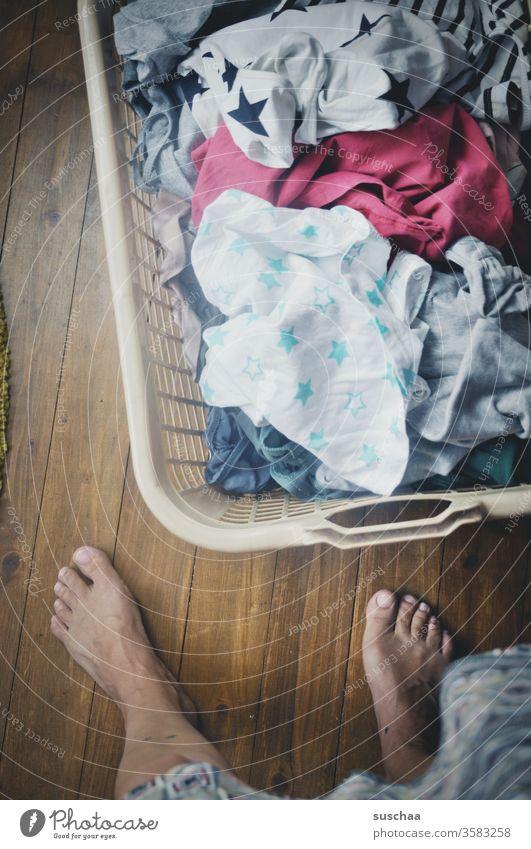 waschtag | frau steht vor einem mit dreckiger wäsche gefüllten wäschekorb Frau Hausfrau Hausarbeit Geschlechterrollen Haushalt Mutter Wäsche Wäschekorb