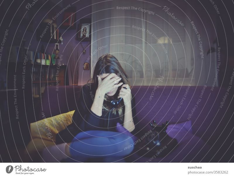 frau sitzt auf dem sofa und führt ein deprimierendes telefongespräch Frau Sofa Telefonat altes Telefon Bakelit Telefon retro Gespräch Kommunikation Depression