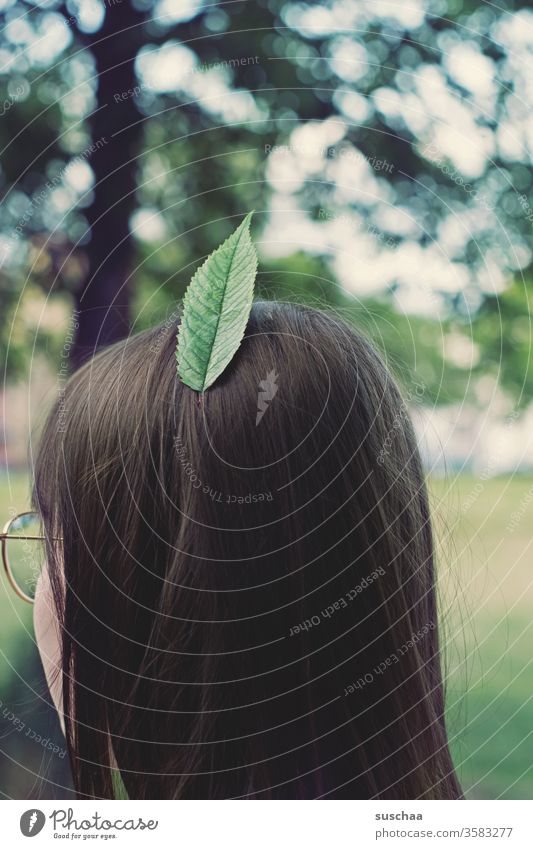 stadtindianer | mädchen trägt ein blatt, anstelle einer feder, im haar Mädchen Jugendliche Teenager Kopf Haare & Frisuren brünett feiners Haar Hinterkopf Blatt