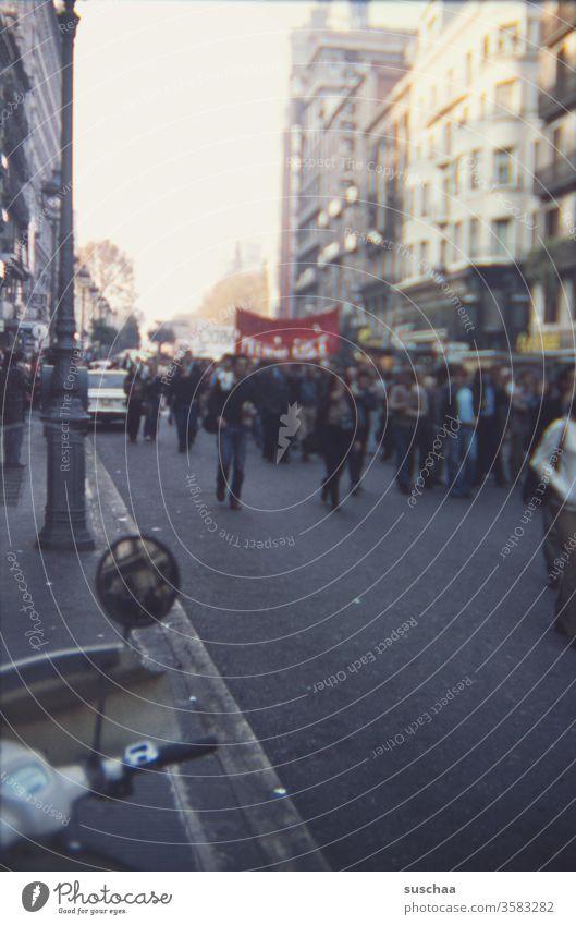 70er jahre demo; wahrscheinlich in spanien; alte dia-aufnahme Dia-Aufnahme retro echt Demo Zeitdokument Geschichte 68er Generation demonstrieren Volk