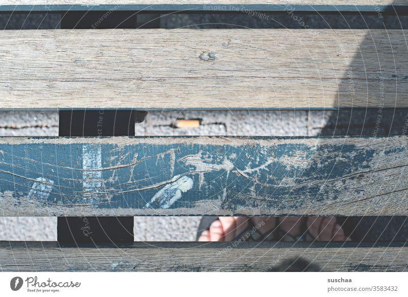 holzbank an einer haltestelle. darunter meine füße und ein zigarettenstummel, welcher nicht von mir stammt .. belanglos Holzbank Holzlatten abgeblättert