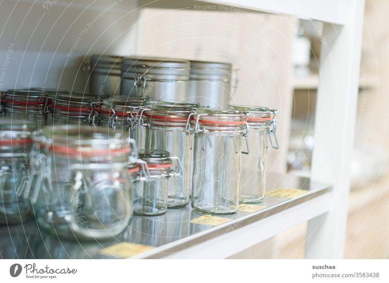 leere einmachgläser in einem regal Glas Einmachgläser Gummiring Drahtbügelglas einkaufen ohne Plastik unverpackt Regal Laden Geschäft Lebensmittel ökologisch