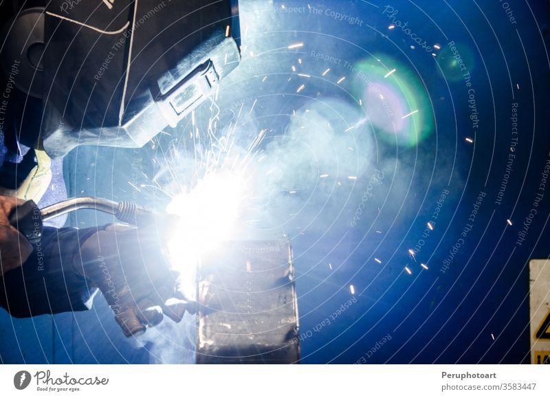 Schweißer bauen Konstruktion Kunsthandwerker herstellen Fabrik Feuer blitzen industriell Industrie Job Wehen Licht Mann Herstellung Mundschutz Metall Röhren