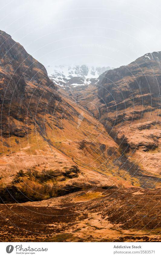 Abgelegene Straße in endlosem Gebirgstal Berge u. Gebirge Tal Hochland Felsen Natur Landschaft Route Kamm Ambitus Gelände Schottland Glen Coe Himmel wolkig Gras