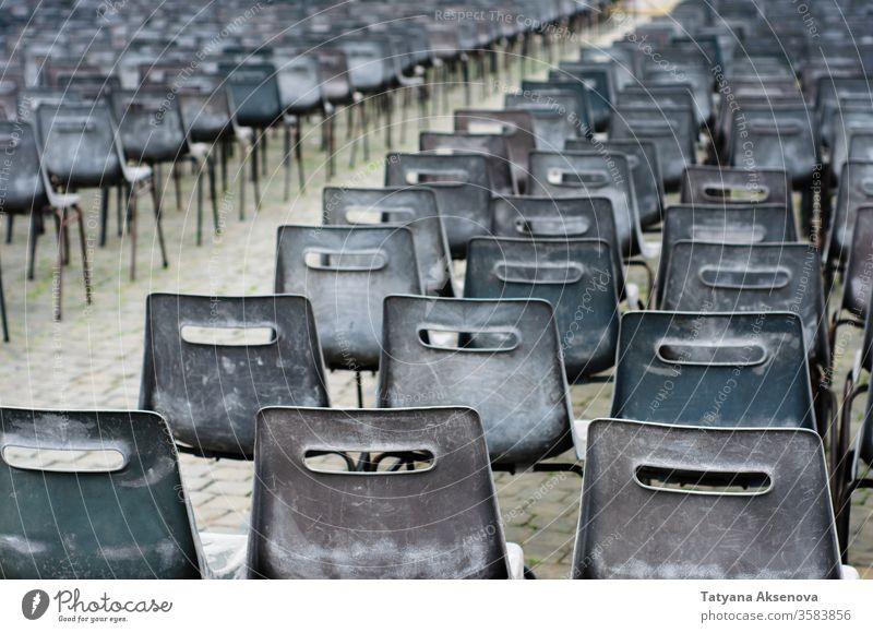 Viele leere Stühle auf der Piazza San Pietro, Vatikan niemand Stuhl Sitze Reihe Sperrung Quadrat Publikum Tagung Veranstaltung weiß Design Kunststoff grau
