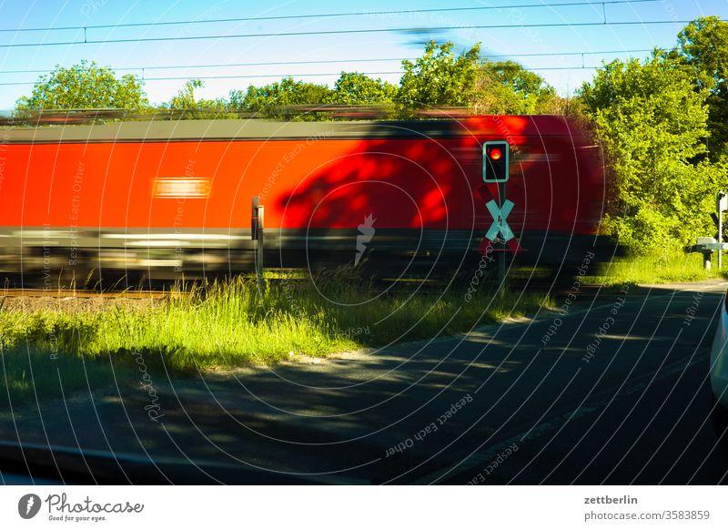 Bahnübergang bahn bahnübergang durchfahrt einle. hektik eisenbahn güterzug logistik lok lokomotive schnell schnelligkeit transport versorgung waggon eile