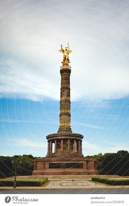 Die Siegessäule auf dem Großen Stern im Großen Tiergarten in Berlin berlin siegessäule viktoria goldelse großer stern blattgold denkmal deutschland dämmerung