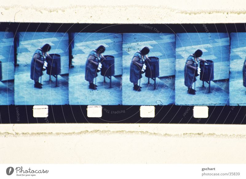 super-8 Frau blau Ferien & Urlaub & Reisen Senior Ferne Armut Suche Filmmaterial Platz Freizeit & Hobby Müll beobachten Appetit & Hunger Barcelona Super 8