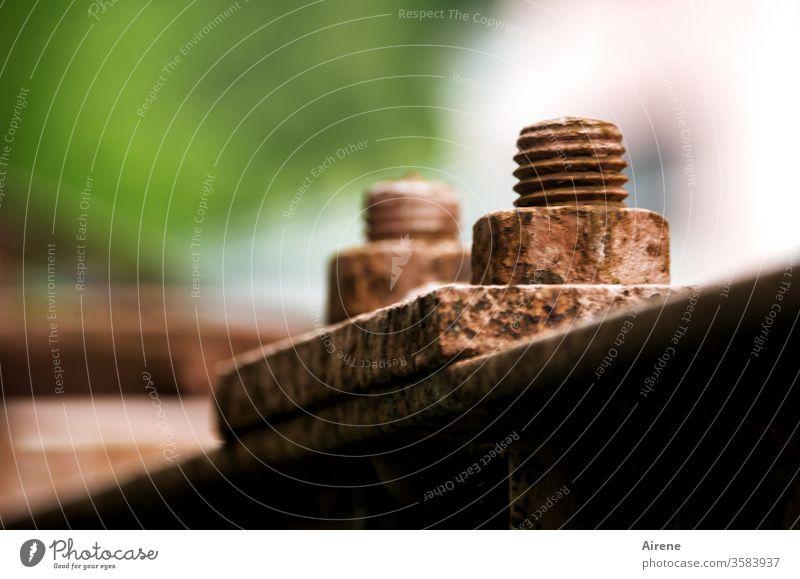 Bitte nicht lockern! Schraube Rost Metall groß dick Gewinde verschraubt alt rostig fest Schraubenmutter Sicherheit Kraft Maschine Industrie rot rostrot