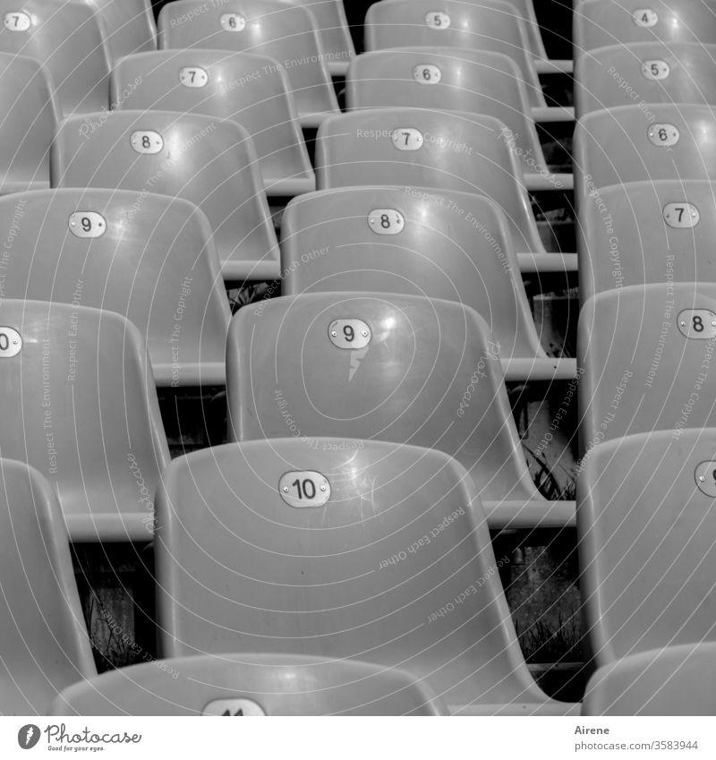 Freiheit reihenweise Theater leer Stühle Bestuhlung Publikum Verbot Aufführung Oper Konzert frei Reihen Stuhlreihen grau Rang gestaffelt Sicht unbesetzt