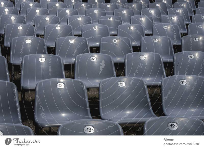 kein Sitzfleisch? Theater leer Stühle Bestuhlung Publikum Verbot Aufführung Oper Konzert frei Reihen Stuhlreihen grau Rang gestaffelt Sicht unbesetzt