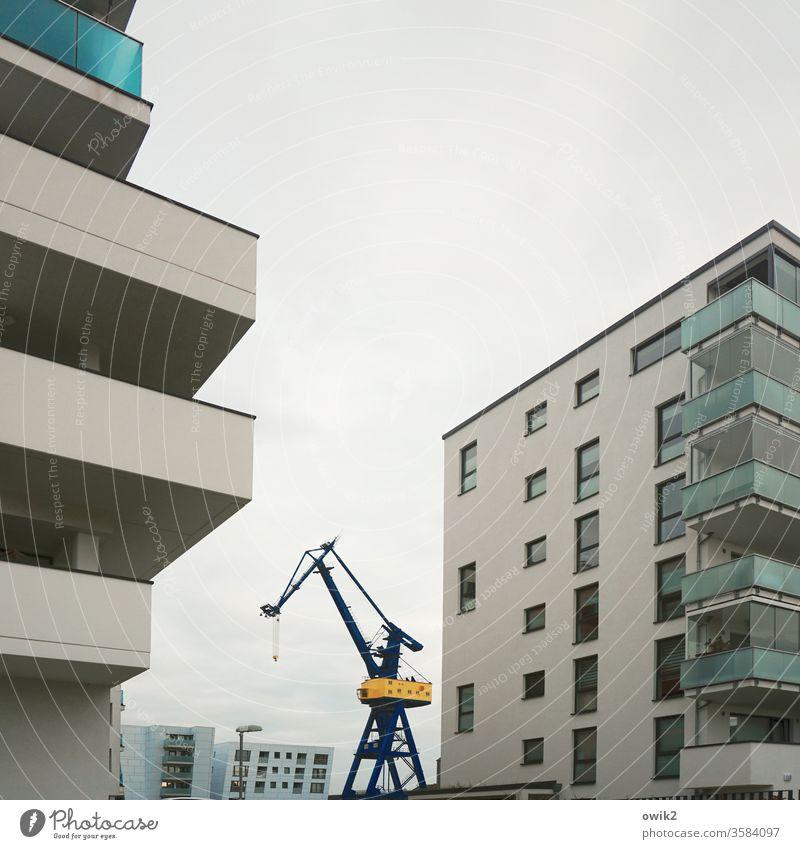 Blockierter Riese Großstadt Wahrzeichen Bauwerk Tag Außenaufnahme Menschenleer Gebäude Beton Stein Metall neu Wohnviertel Neptunwerft urban Silhouette groß hoch