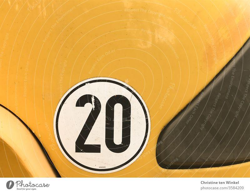 schwarze 20 auf weiß und gelb Zwanzig Etikett Ziffern & Zahlen gelber hintergrund Nutzfahrzeug Zeichen Fahrzeug Schilder & Markierungen