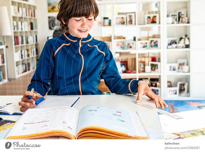 homeschooling | mama ist ne super lehrerin Tag Farbfoto Familie Stift zu Hause bleiben Kindheit Gesicht Junge Nahaufnahme Innenaufnahme Schule lernen