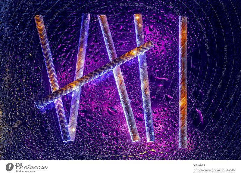 Sechs - Trinkhalme aus Papier mit violetter Beleuchtung und Wassertropfen sechs 6 abstrakt nass Papiertrinkhalm Tropfen Flüssigkeit lila Hintergrundbild