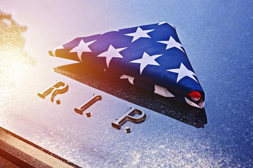 In Dreieck gefaltete amerikanische Flagge auf Marmor-Gedächtnisgrab mit R.I.P.-Text Stars and Stripes Grunge uns 4. Juli Transparente USA Konzept Gedenktag