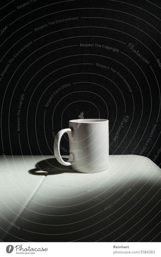 Kaffeetasse bei schwachem Licht Tasse Heißgetränk Getränk Kaffeetrinken Kaffeepause genießen Frühstück Farbfoto Schwarzweißfoto im Innenbereich Tisch Low Key