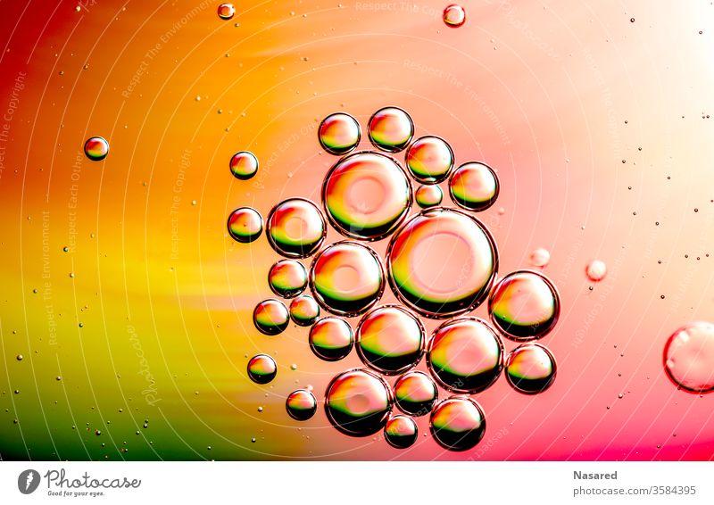 Öl auf Wasser wasser Öl und Wasser Farbfoto Experiment Flüssigkeit Detailaufnahme Nahaufnahme rot gelb grün