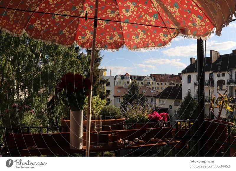 Balkonbrüstung mit Sonnenschirm retro Balkongeländer Balkonien Sektglas Balkonleben stimmung Häusliches Leben Single ein Glas Außenaufnahme Menschenleer
