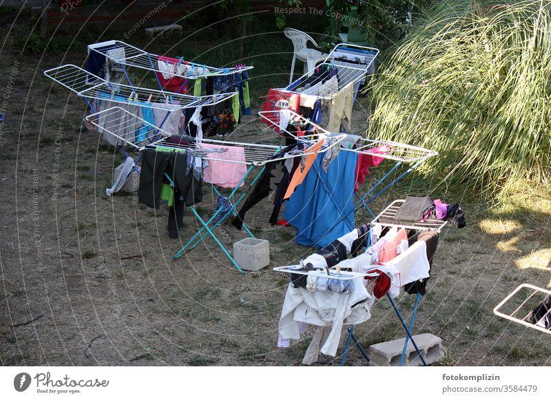 6 Wäscheständer draußen Wäscheleine Waschtag Wäsche waschen trocknen Haushalt Häusliches Leben Sauberkeit hängen Alltagsfotografie Menschenleer Bekleidung