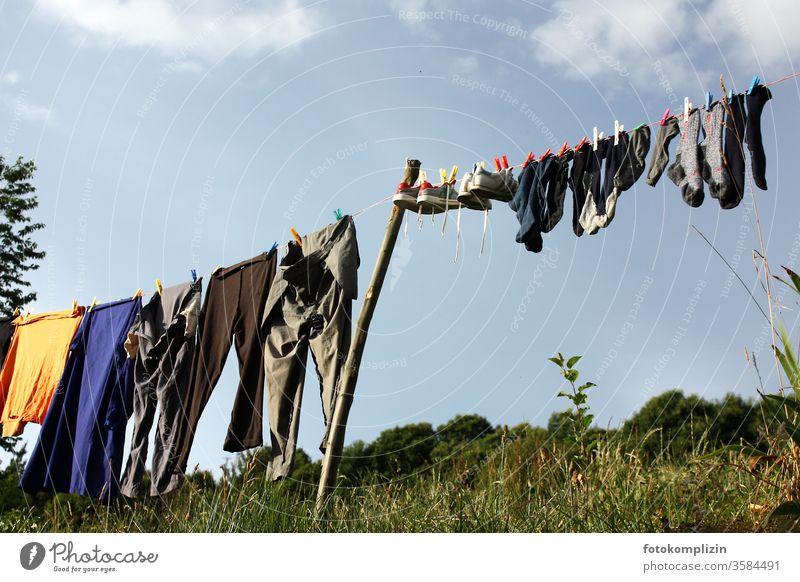 Wäschleine gegen Himmel Sauberkeit frisch Frischluft Schwarzweißfoto Alltagsfotografie hängen aufhängen Häusliches Leben Landleben Bekleidung Waschtag