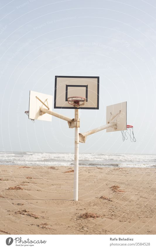 Basketballplatz in der Mitte des Strandes Natur Sand Korb Minimalismus Meer Wasser Sonne Sport