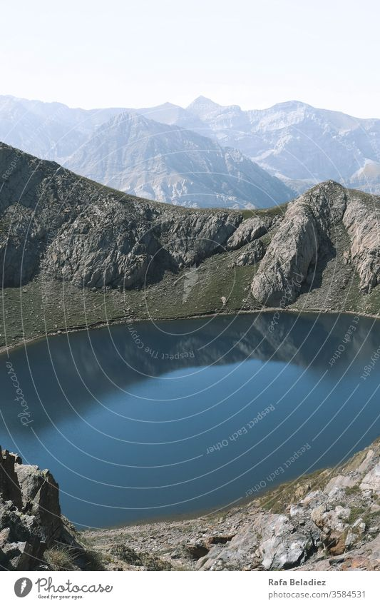 Atemberaubende Panoramaaussichten auf einen See zwischen zwei großen Bergen Ansicht panoramisch Berge u. Gebirge Landschaft Himmel Wasser blau