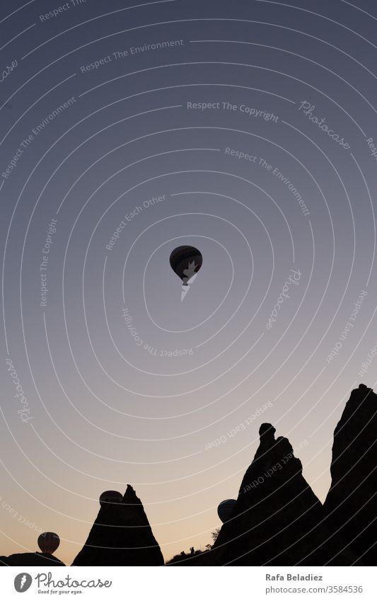 Heißluftballon fliegt durch den Himmel bei einem wunderschönen Sonnenaufgang heiß Luftballon Landschaft Flug Truthahn Natur im Freien wild