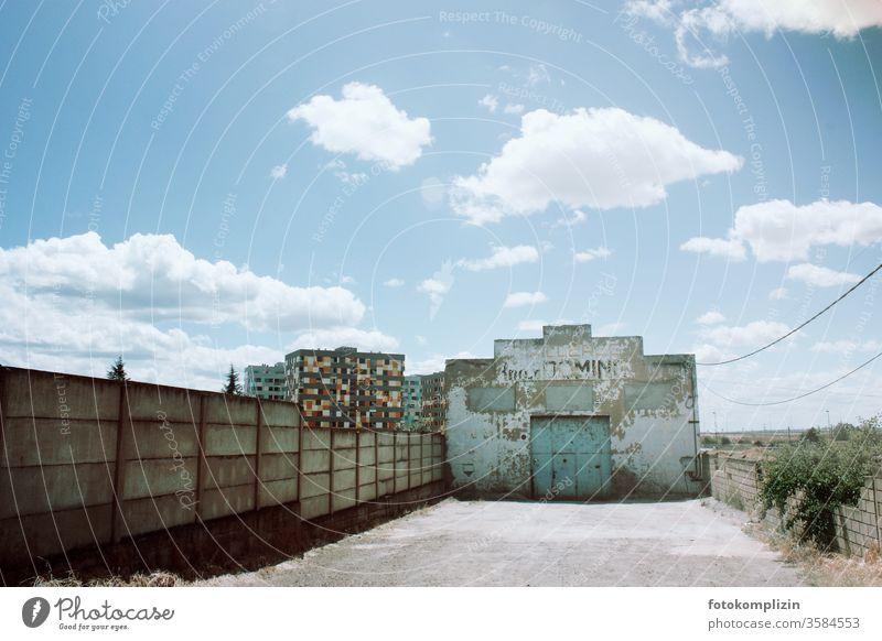 leere Hofeinfahrt eines scheinbar leerstehenden alten Fabrikgebäudes oder Werkstatt Gebäudeteil Wirtschaftskrise Bauwerk Industrieanlage Fassade Architektur