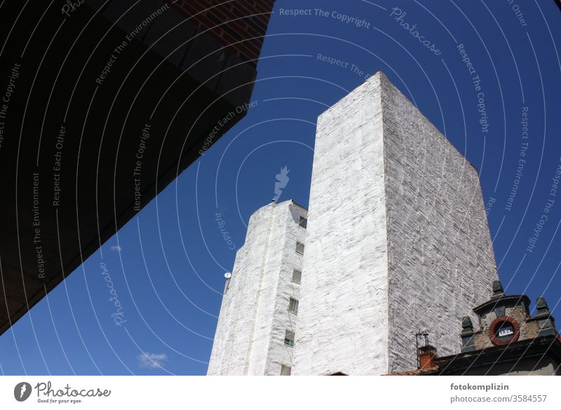 in Himmel ragendes blindes Gebäude Lebensraum Stadtleben Fassade gebäudefront Gebäudeverkleidung Gebäudefassade Gebäudeteil Lebensformen bauwesen verdeckt