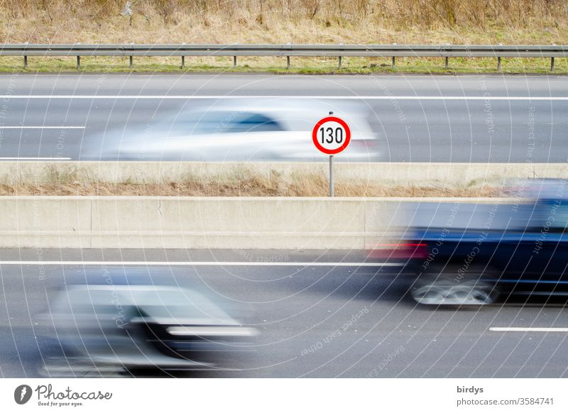 Tempo 130 auf deutschen Autobahnen, allgemeines Tempolimit, Geschwindigkeitsbegrenzungsschild 130 auf Autobahn, fließender Verkehr 130 km/h tempolimit autos PKW