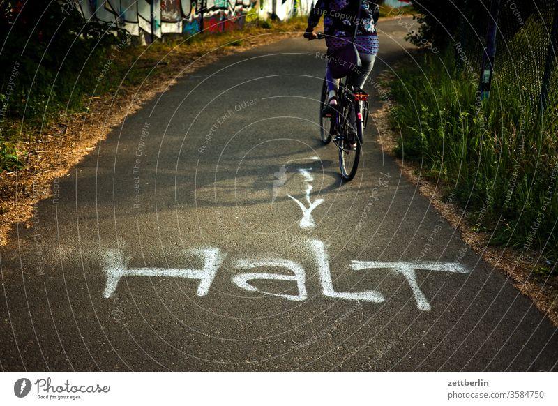 Radfahrer, nicht haltend stop straße weg verbot fahrbahnmarkierung orientierung abbiegen asphalt ecke hinweis kante kurve linie links navi navigation pfeil