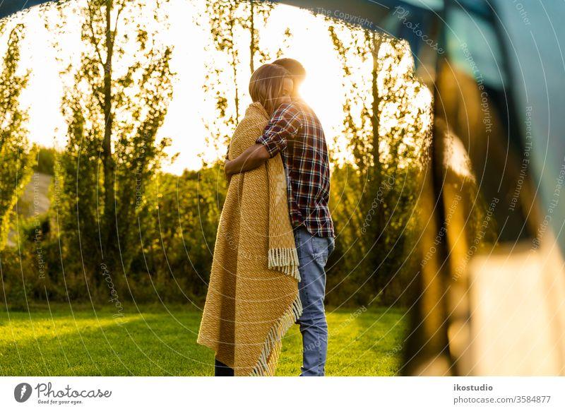 Aufwachen an einem besonderen Ort Paar Liebe Umarmung kuscheln sich[Akk] entspannen Sonnenuntergang Natur Camping Zelt Lager warm Decke gemütlich Abenteuer