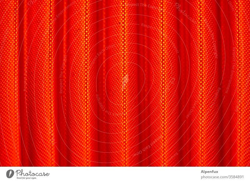 Vorhang auf rot Stoff Licht Muster Schatten Innenaufnahme Detailaufnahme Strukturen & Formen Menschenleer Nahaufnahme Farbfoto Gardine Kontrast Makroaufnahme