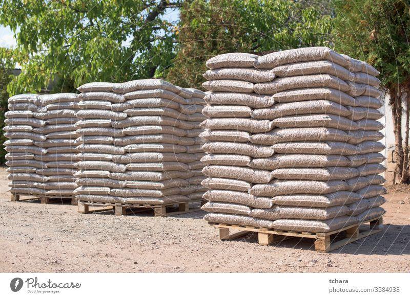 Viele Säcke, die mit Pellets auf Paletten gefüllt sind Reserven ökologisch Lager Ressourcen grün freundlich Taschen nadelhaltig alternativ Produkt