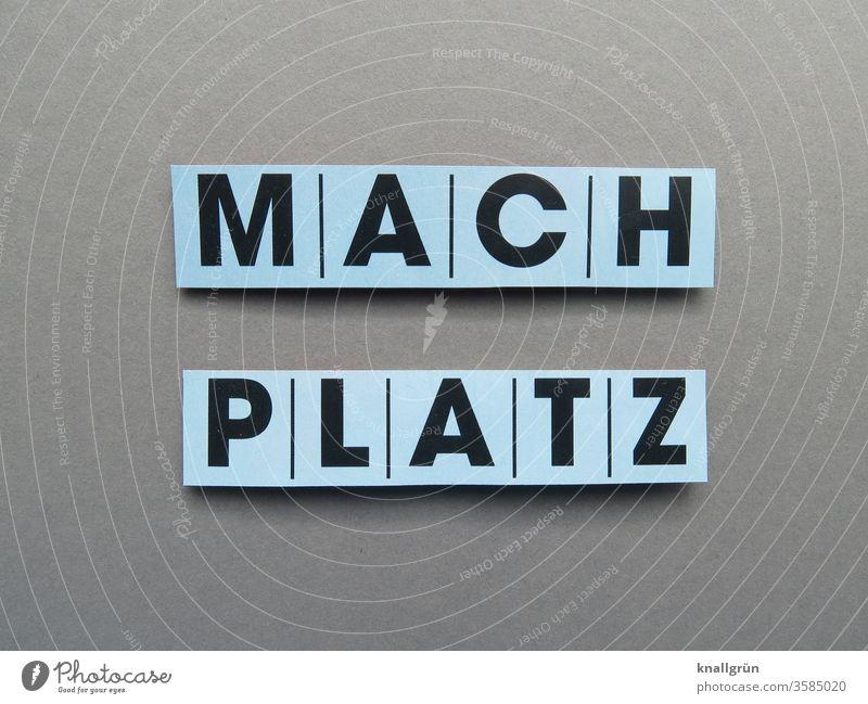 MACH PLATZ Platz egoistisch rücksichtslos auffordern Schriftzeichen Platz machen Buchstaben Wort Typographie Text Gesellschaft (Soziologie) Satz