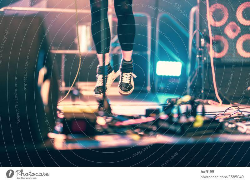 Sprung auf der Bühne - Festival ! Konzert Freudensprung Sprungkraft Bühnenbeleuchtung Musik Licht Show Scheinwerfer Veranstaltung Silhouette Farbfoto Kunstlicht