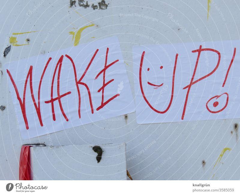 """Zwei weiße Blatt Papier """"WAKE UP!"""" mit einem Smiley mit rotem Stift geschrieben kleben an einer alten, weißen Metalltür Graffiti aufwachen wach werden"""