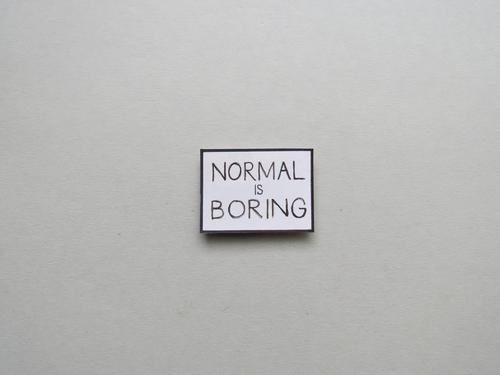 Normal is boring Langeweile normal Mensch trist Gefühle gelangweilt öde Buchstaben Wort Satz Schriftzeichen Nahaufnahme Kommunikation Sprache Typographie Text