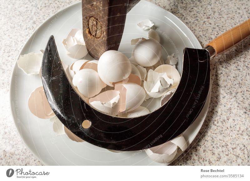Hammer und Sichel auf einem Teller mit Eierschalen objekt der begierde hammer und sichel Werkzeug Symbole & Metaphern zerschlagen Farbfoto braun Metall