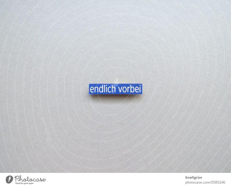 Endlich vorbei Vergänglichkeit Zeit Ende Wandel & Veränderung Vergangenheit Zentralperspektive Erleichterung befreit Buchstaben Wort Satz Letter Typographie