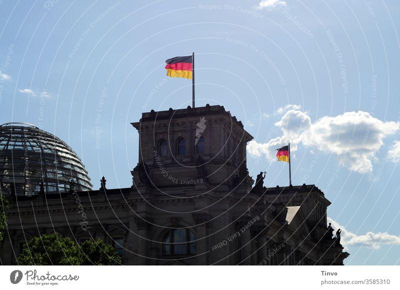 Reichstag Berlin mit Kuppel und Flaggen Reichstagskuppel Reichstagsgebäude Regierung Architektur Hauptstadt Deutsche Flagge Regierungssitz Fahne Textfreiraum