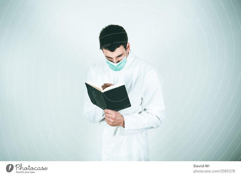 Mann untersuchen Apfel Untersuchung Quarantäne Maske ungesund Kontrolle kontrollieren test Gesundheit Gesundheitswesen Gesunde Ernährung Forscher Testergebnis