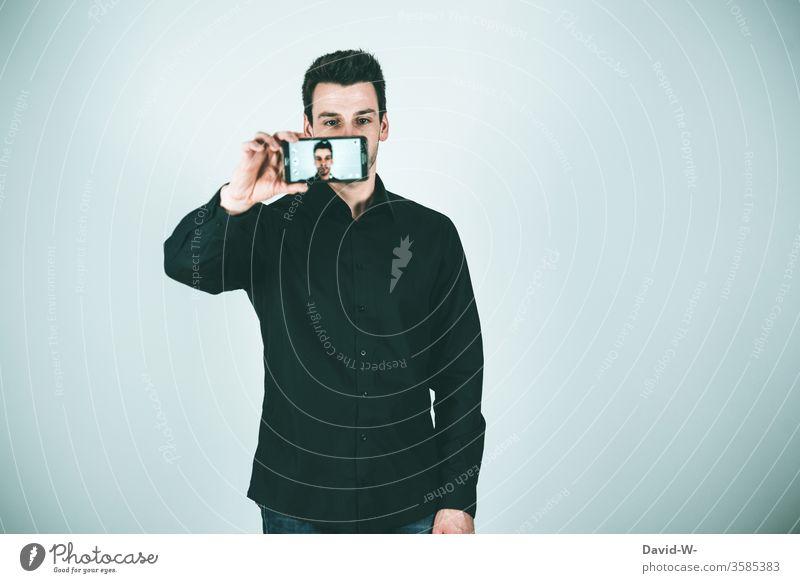 Mann macht ein Selfie mit dem Handy selfie Erwachsene Lifestyle Farbfoto Technik & Technologie Fotografie Mensch 1 Freude Fotokamera Telefon Mobile Lächeln