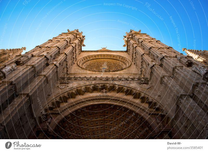 Kirche von unten Gotteshaus Glaube Religion & Glaube Dom Sehenswürdigkeit Menschenleer Architektur Himmel Außenaufnahme Farbfoto Tag Christentum Wahrzeichen