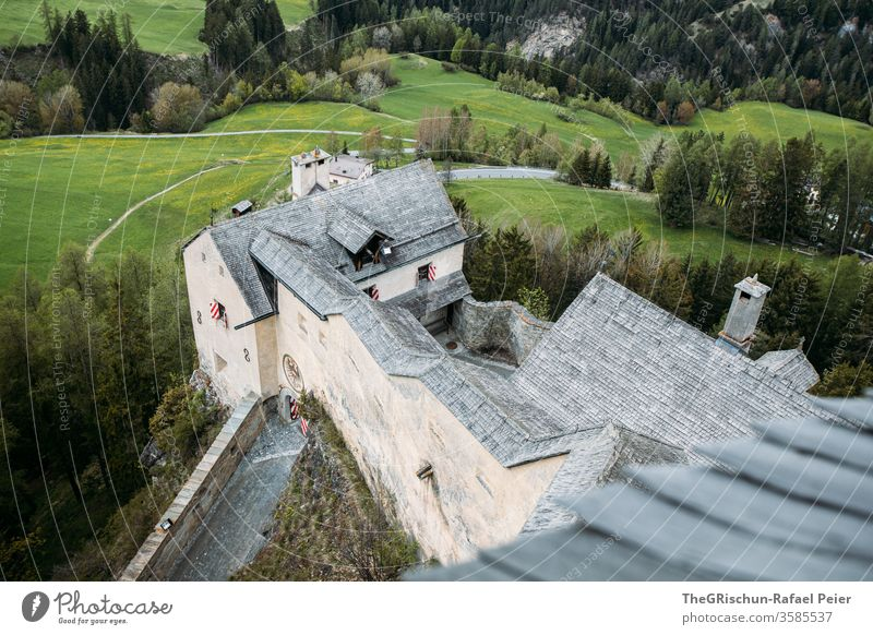 Schloss von Oben mit Wald im Hintergrund Tarasp Scuol Gebäude Burg oder Schloss Farbfoto Architektur Sehenswürdigkeit Bauwerk historisch Wahrzeichen Schweiz